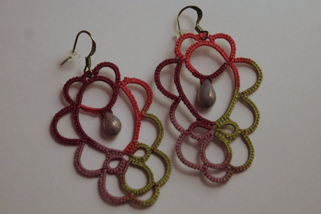 Oak leaf-shaped lace earrings with shimmering beads