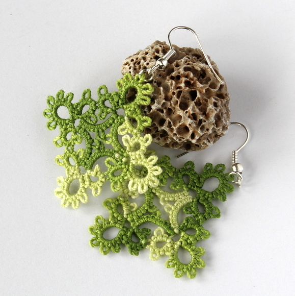 Hand-crafted earrings in frivolite lace